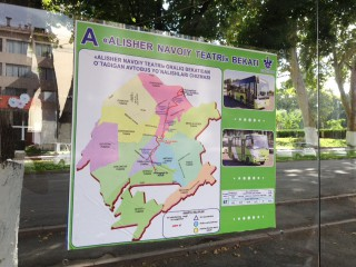 ナヴォイ劇場横のバス停の路線図