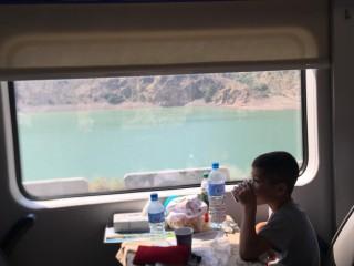 こんな景色を眺めながら列車の旅^^