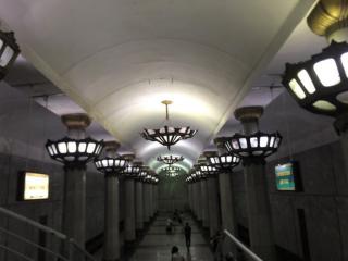 地下鉄駅は駅名に因んだデザインになっている。